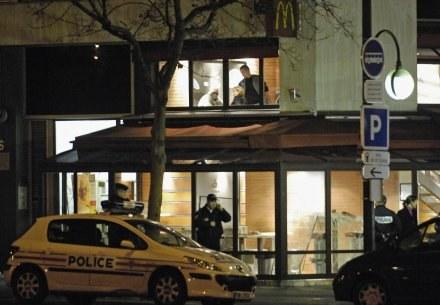 W tym miejscu francuski policjant zastrzelił pseudokibica PSG /AFP