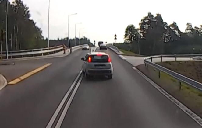 W tym momencie kierowca jadącego z przeciwka auta powinien już awaryjnie hamować /