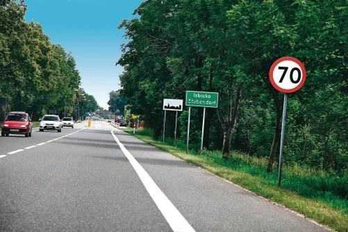 """W tym przypadku 70 km/h obowiązuje tylko do miejsca ustawienia znaku """"obszar zabudowany"""" (biała tablica widoczna w tle). /Motor"""