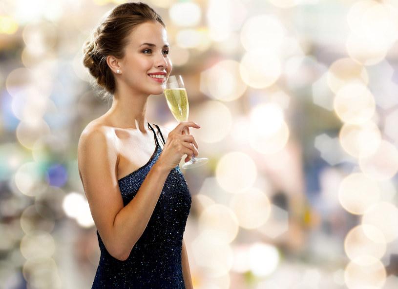 W tym roku bardzo modne są długie i dopasowane sukienki /Picsel /©123RF/PICSEL