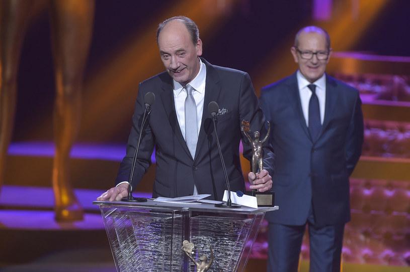 W tym roku Dariusz Szpakowski zdobył Telekamerę Tele Tygodnia w kategorii komentator sportowy - wręczył mu ją Włodzimierz Szaranowicz /AKPA