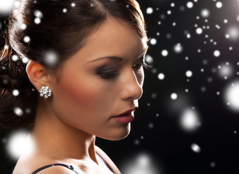 W tym roku makijaż z dodatkiem brokatu będzie hitem /©123RF/PICSEL