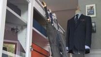 W tym sezonie modne są klasyczne garnitury. Dominują kraty i odcienie granatu
