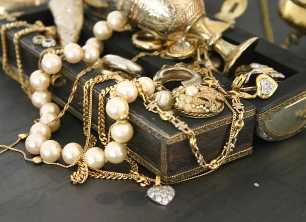 W tym sezonie postaw na delikatną biżuterię /©123RF/PICSEL