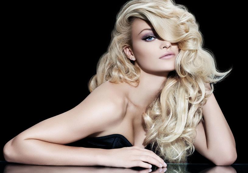 W tym sezonie wybieraj chłodniejsze tonacje blondów /Picsel /123RF/PICSEL