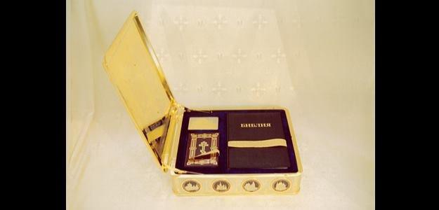 W tym złotym pudełku znajduje się Pismo Święte.  Zdjęcie z home-designing.com /materiały prasowe
