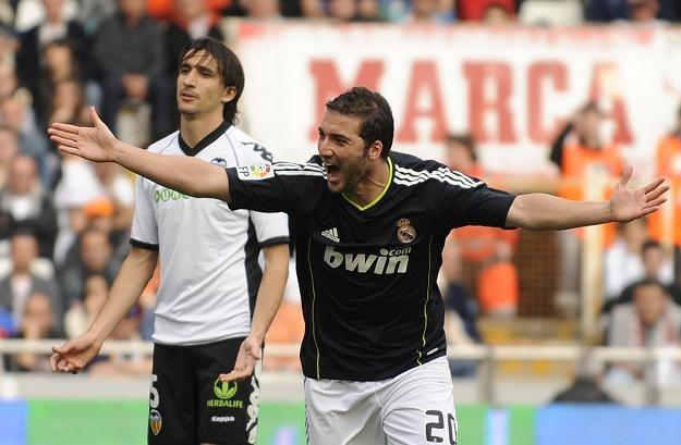 W ubiegłym sezonie Gonzalo Higuain strzelił Valencii trzy gole /AFP