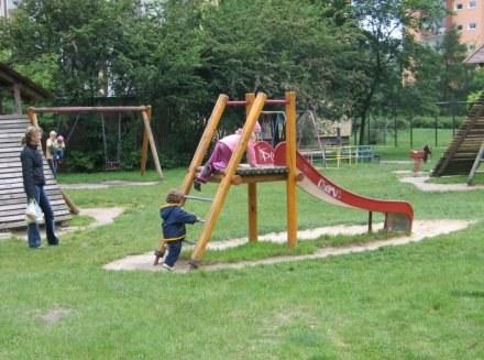 W Warszawie brakuje  żłobków, przedszkoli, placów zabaw i parków /RMF