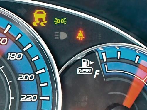 W wielu autach przy wskaźniku poziomu paliwa znajduje się strzałka, pokazująca z której strony znajduje się wlew. /Motor
