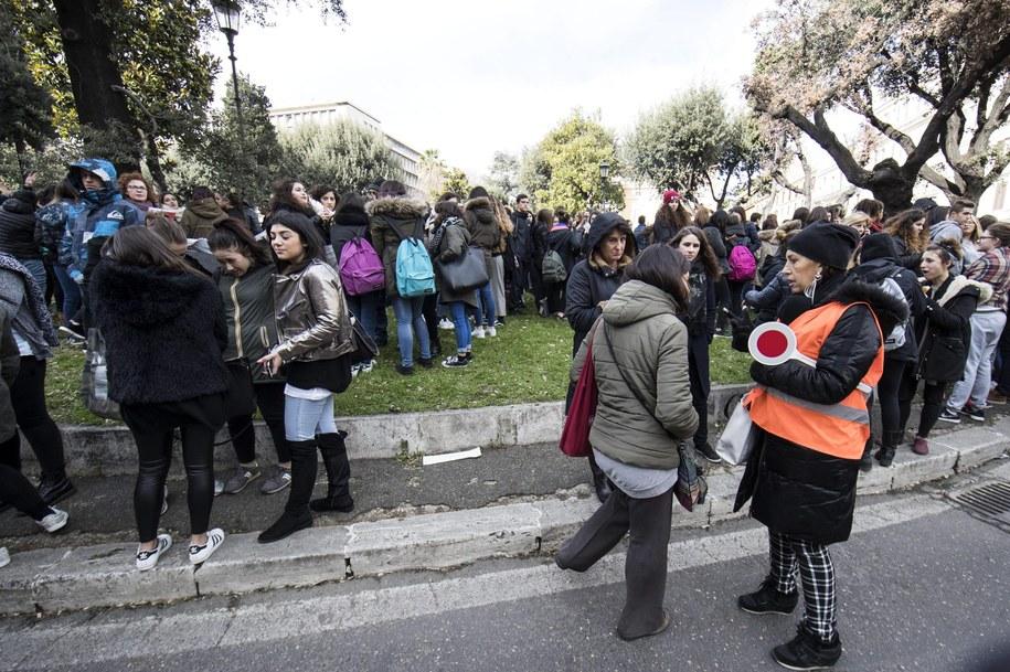 W wielu szkołach uczniowie wybiegli na ulice /MASSIMO PERCOSSI /PAP/EPA