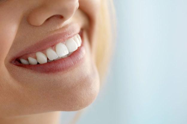 W wybielaniu zębów nie przesadzaj z cytryną. Stosowana w nadmiarze może powodować erozję szkliwa /123/RF PICSEL