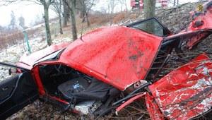 W wyniku wypadku samochód rozpadł się na kawałki