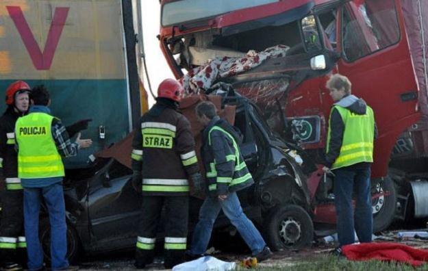 W wypadku zginęły trzy osoby - dwie kobiety i mężczyzna/fot. Krzysztof Świderski /PAP