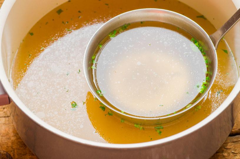 W zależności od potrzeb smak bulionu urozmaicać można o różne dodatki, przyprawy i zioła /123RF/PICSEL
