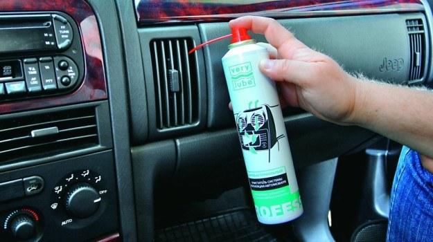 W zależności od rodzaju preperatu, aplikuje się go do kratek nawiewów lub rozpyla w kabinie. /Motor