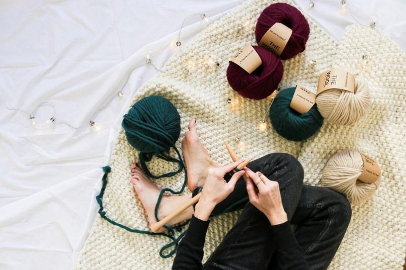 W zestawach We Are Knitters znajdziesz akcesoria niezbędne do wykonania własnej robótki - druty, wełnę oraz wzór wybranego modelu /materiały prasowe
