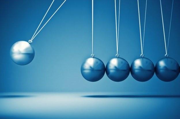 Wahadło Newtona jest dobrą ilustracją trzeciej zasady dynamiki /123RF/PICSEL