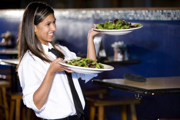 Wakacje to dobry okres na poszukiwanie pracy m.in. w gastronomii /© Bauer