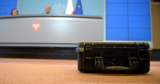 Walizka ABW na konferencji premiera Donalda Tuska /PAP/Radek Pietruszka    /PAP