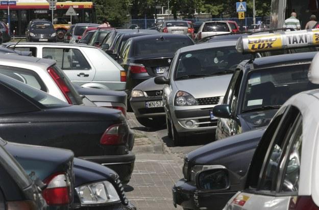 Walka o miejsce parkingowe potrafi czasem przybrać cechy walki o przetrwanie /Piotr Piwowarski  /East News