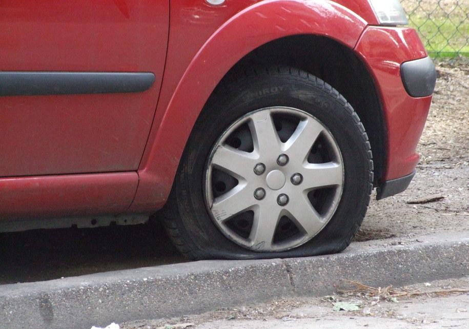 Wandale poprzecinali i poprzebijali opony samochodów /Zdjęcie ilustracyjne /RMF FM
