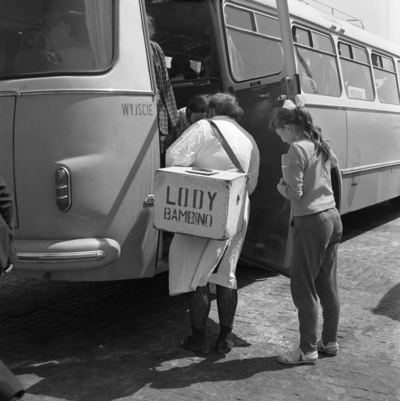 """Warszawa, 05.1970. Sprzedawczyni lodów """"Bambino"""" wsiada do autobusu /Roman Kotowicz /Agencja FORUM"""