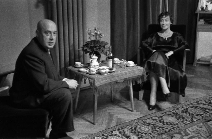 Warszawa 1955-57. Premier Józef Cyrankiewicz z żoną Nina Andrycz w ich mieszkaniu /Władysław Sławny /Agencja FORUM