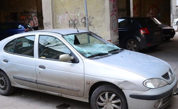 Warszawa: Ciało kobiety przed kamienicą, w mieszkaniu znaleziono zwłoki mężczyzny