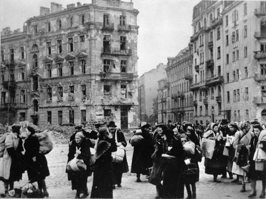 Warszawa, październik 1944 roku. Ludność cywilna opuszcza gruzy Warszawy po ustaniu walk powstańczych. /CAF /PAP