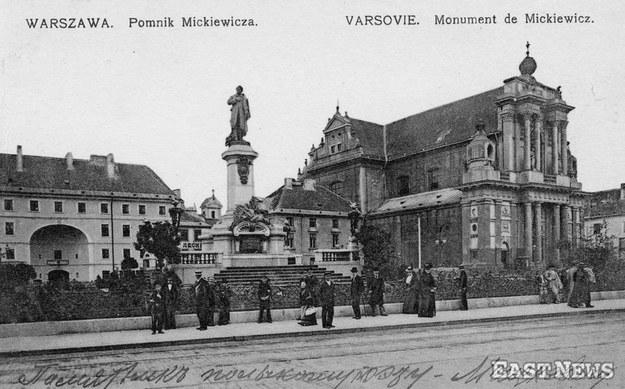 Warszawa, pomnik Adama Mickiewicza na Krakowskim Przedmieściu (około 1905 r.) /Lech Królikowski /East News