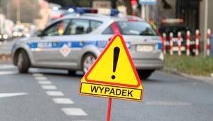Warszawa: Samochód zderzył się z autobusem. Jedna osoba nie żyje