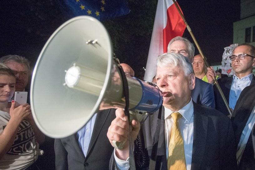Warszawa Senat; obrady w sprawie ustawy o Sadzie Najwęższym; Na zdjęciu: Bogdan Borusewicz w towarzystwie senatorów PO przemawia do protestujących /Andrzej Iwańczuk /Reporter