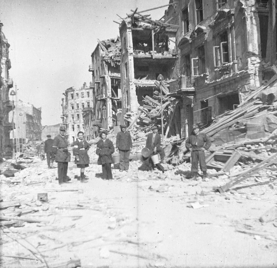 Warszawa, sierpień 1944 roku. Na zdjęciu: powstańcy wśród ruin po wybuchu bomby przy ul. Twardej /Buniewicz/CAF /PAP