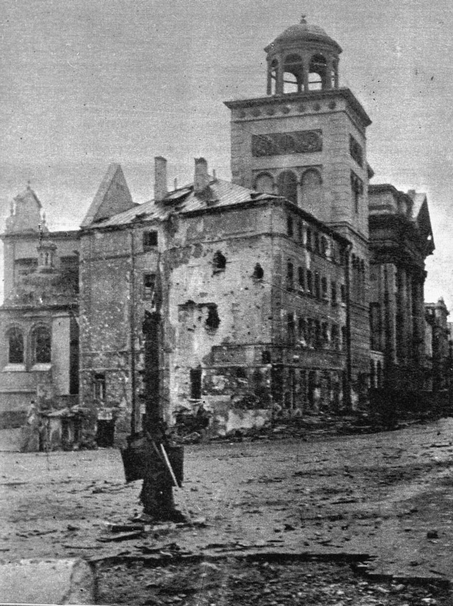 Warszawa, wrzesień 1944 roku. Opustoszały Plac Zamkowy przy rogu Krakowskiego Przedmieścia. /CAF-Stanisław Moroz /PAP