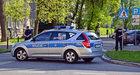 Warszawa: Wypadł z okna i rzucił się z nożem na policjantów