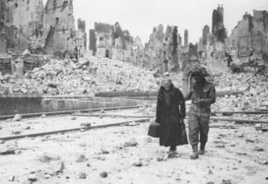 Warszawa została doszczętnie zniszczona w czasie wojny /AFP