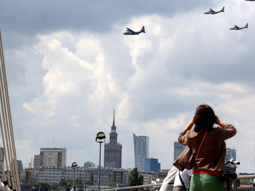 Warszawiacy obserwują przelot wojskowych samolotów nad stolicą /Tomasz Gzell /PAP