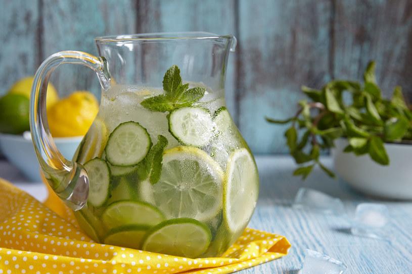 Wart polecenia jest sok z cytryny lub limonki dodany do przegotowanej, ciepłej wody, wypity rano na czczo /©123RF/PICSEL