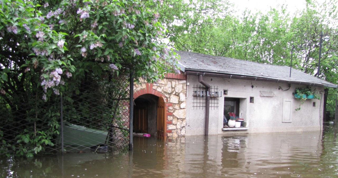 Warta zalewa miejscowości koło Częstochowy