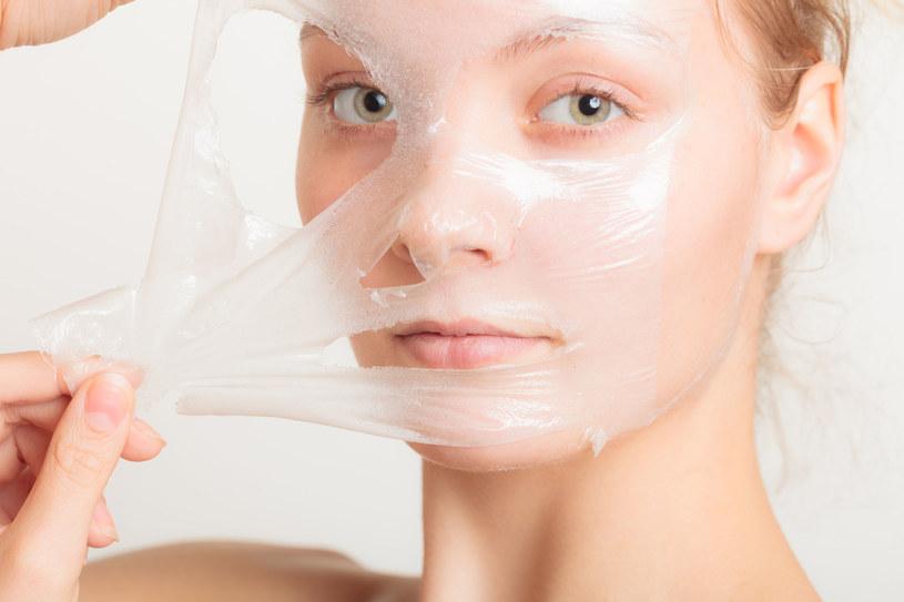Warto 1-2 razy na tydzień wykonać maseczkę ściągającą lub złuszczającą, która poprawi kondycję skóry /©123RF/PICSEL