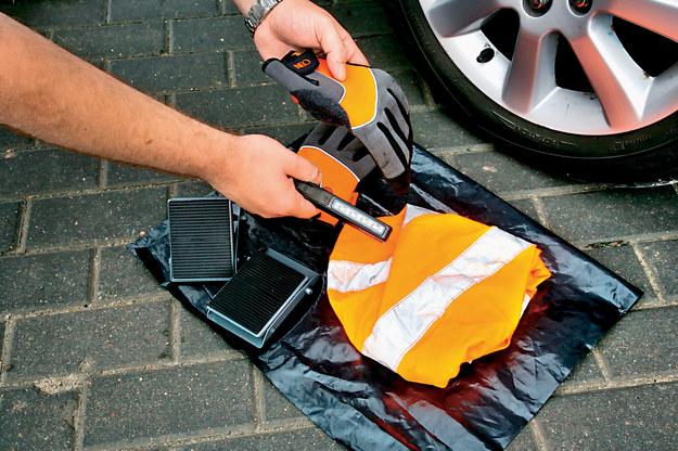 Warto kupić i wozić ze sobą rękawiczki, latarkę, rozkładane kliny pod koła, kamizelkę i foliowy worek - można go podłożyć pod kolana, a później schować do niego brudne, uszkodzone koło. /Motor