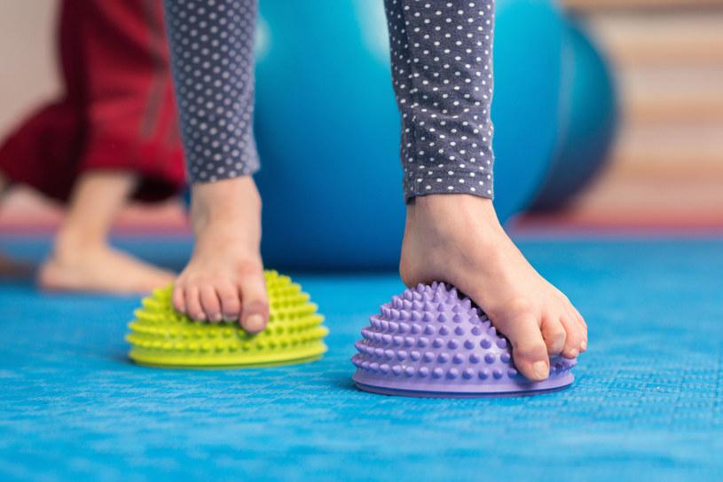 Warto pamiętać, aby dziecko nie poruszyło się za dużo boso po twardym podłożu, ponieważ są to bardzo obciążające dla mięśni warunki, w których szybko się męczą /123RF/PICSEL