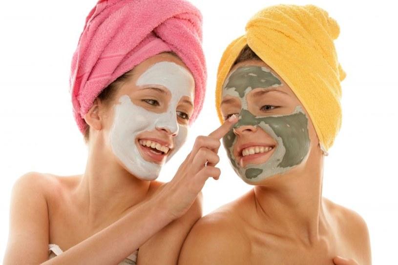 Warto sięgać po kosmetyki, które łagodzą stan zapalny, często towarzyszący wykwitom /123RF/PICSEL
