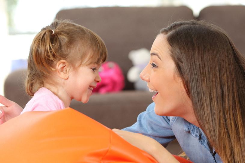 Warto zachęcać dziecko początkowo do słuchania a później powtarzania /123RF/PICSEL
