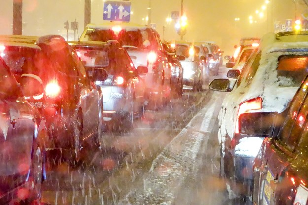 Warunki na drogach są trudne /Piotr Kamionka /Reporter