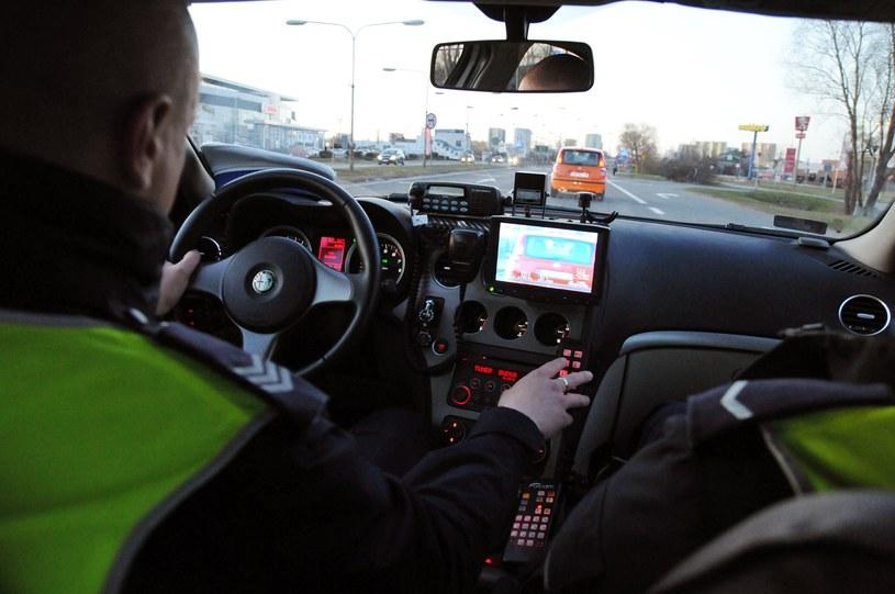 Warunkiem rzetelnego pomiaru jest utrzymywanie stałej odległości między pojazdami. A to zależy od oka policjanta /Paweł Skraba /Reporter