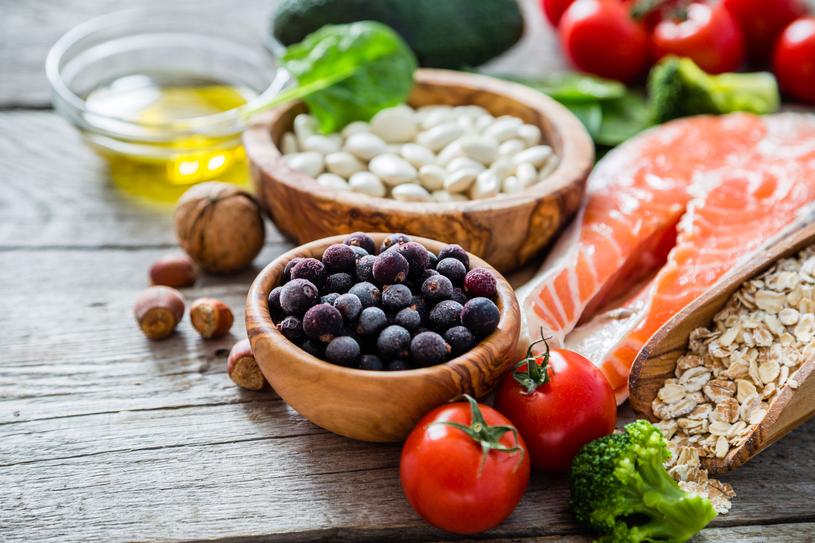 Warzywa gotuj na parze, do sałatek dodawaj oliwę, pestki i orzechy /123RF/PICSEL