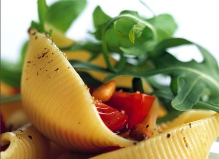 Warzywa i makaron zjedzone na kolację ułatwią zasypianie /ThetaXstock