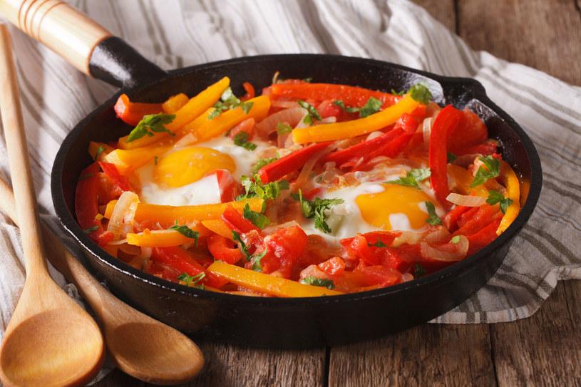 Warzywa z jajkami z patelni /123RF/PICSEL