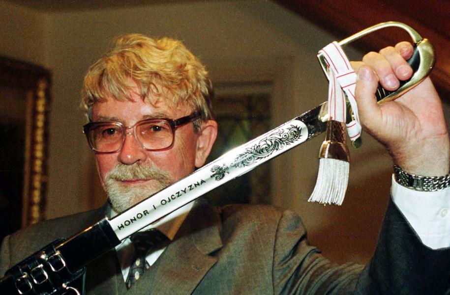 Waszyngton, 22 kwietnia 1999. Ryszard Kukliński prezentuje pamiątkową replikę polskiej szabli ułańskiej z 1920 roku, otrzymaną od premiera Jerzego Buzka /Radosław Pietruszka /PAP